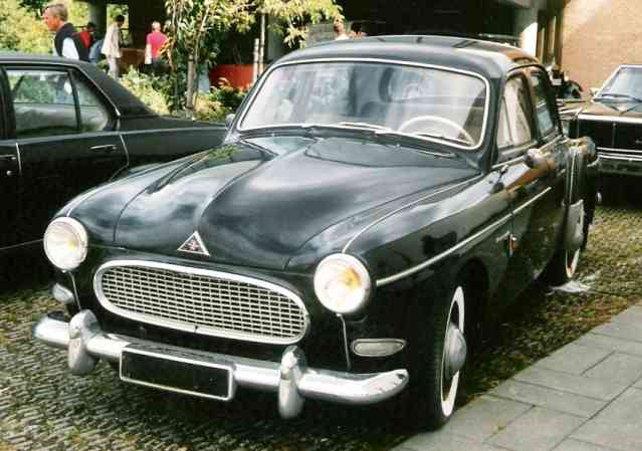 Denne Renault Frégate Transfluide tilhørte Renault-importør Ejnar Friis-Hansen (1895-1993)fra den blev leveret i dec. 1958 og til Brdr. Friis-Hansen drejede nøglen i 1981. På dette tidspunkt havde den kun kørt 15,000 km. Efter sigende blev bilen skænket til Friis-Hansen som gave fra Renault-fabrikken i Frankrig,som følge af det gode samarbejde med den danske general-repræsentant. Begge brødre - Svend & Ejnar Friis-Hansen havde gennem årene begge adskillige Frégater. Denne Transfluide blev den sidste i rækken. Bilen eksisterer fortsat og blev i foråret 2016 erhvervet af klubmedlem Henrik Stenholt. Bilen gennemgår nu en nænsom mekanisk restaurering, hvor kun nødvendige sliddele bliver fornyet. Bilen skal efter istandsættelsen fremstå med sin naturlige patina.