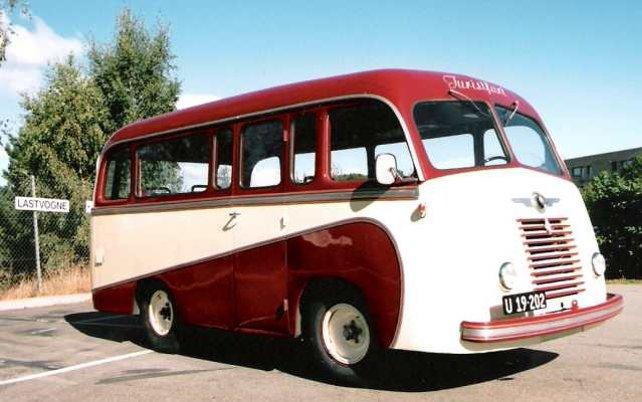 "Renault ""juniorbus"" type R1163 årgang 1953 med danskbygget 17 personers karrosseri.  Bussen kan forresten lejes med chauffør hos ejeren, klubmedlem Steen Nielsson, tlf. 48286574"