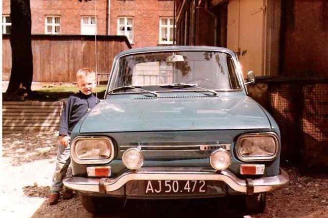 Denne R10 (type 2)tilhørte urmager Steen Stenholt, og blev anskaffet hos aut. Renault-forhandler Adam Bjørn i Kjellerup d. 24.dec. 1967.