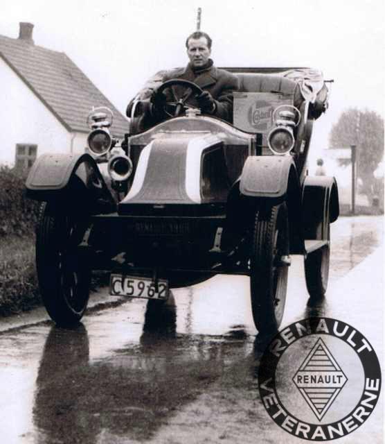 Renault-forhandler Knud F. Hansen anno 1957, på vej fra Sejrøgade på Østerbro til Svinninge - med Ejnar Friis-Hansen´s egen 2 cyl. Renault AG1 på 8CV. Tophastigheden var 40- 45 km/t. Turen tog 2½ time i silende regnvejr. Bilen blev dengang flittigt brugt over hele landet, ved en hver lejlighed hos forhandlernettet.