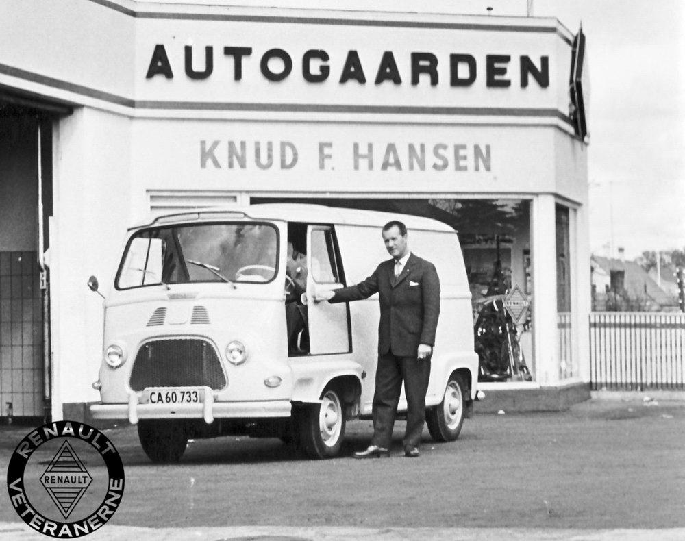 """Forventningerne til det nye """"franskbrød"""" var fra starten store hos den danske Renault-importør og forhandlernet. Samtidig var det Renaults første bil med forhjulstræk. Trods dette fortrin i forhold til den noget mere konservative konstruktion på VWs succesfulde """"rugbrød"""", blev Stafetten aldrig nogen stor konkurrent. En alt for klejn motor kombineret med mange børnesygdomme med fortøj og gearkasse gjorde hurtigt udslag i negativ retning. Dette var dog endnu ukendt, da Knud F. Hansen her leverede Danmarks første Stafette til den lokale murermester Johs. Brandt i Svinninge."""