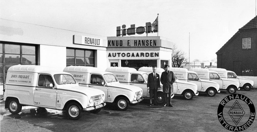 Det var ikke blot som postbil, at R4 Van var populær. Mange lokale håndværkere var lige så begejstret.Her er det Renault-forhandler Knud F. Hansen fra Autogården i Svinninge, der afslutter en leverance med den lokale murermester Johannes Brandt, der gennem mange år altid handlede biler hos Renault i Svinninge.