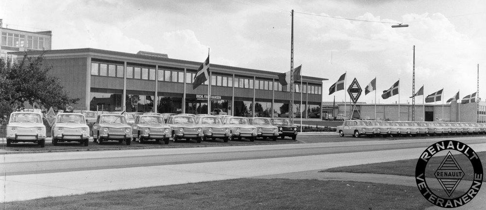 Foto fra introduktion af den nye R8 i efteråret 1962. Bilerne var linet op foran Brdr. Friis-Hansen på Sdr. Ringvej 39 i Glostrup. På siden af bilerne var sat mærkater med forhandler-byer.