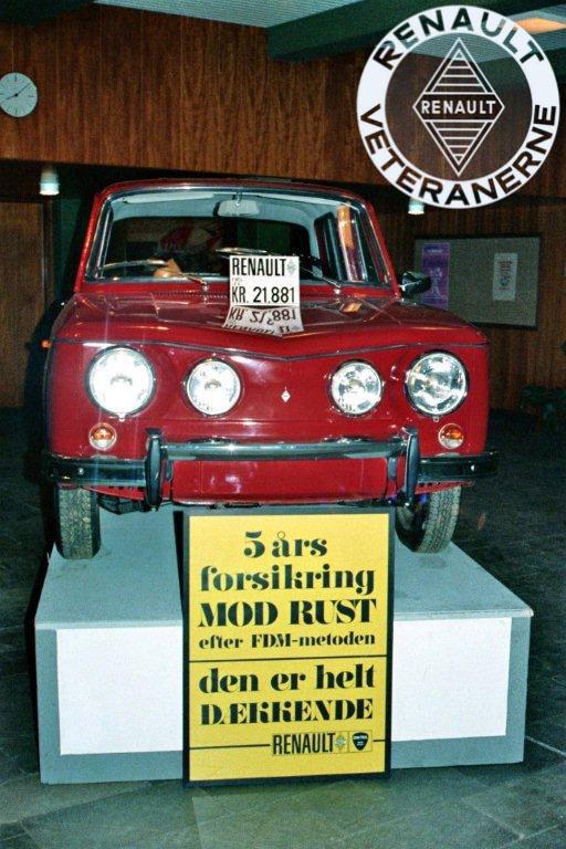 For at øge salget besluttede den danske Renault-importør Brdr. Friis-Hansen at indføre fem års rustgaranti. Men trods behandling med Dinitrol endte det med at blive blive en god forretning for kunderne og forhandlerne. Her ses en fin ny R8 S under lokal udstilling fra Renault / Frisia i Holstebro omkring 1969.