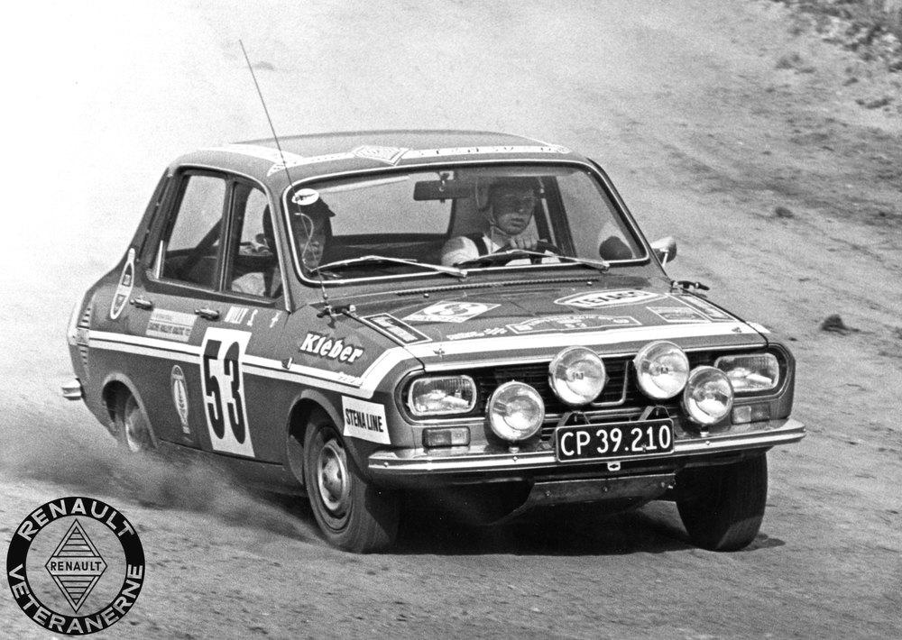 Danmarks eneste R12 Gordini blev kørt fra Team Stensved. Her ses en dybt koncentrerer Johannes ved roret, mens Willy Sørensen holder på hat og briller som co-driver. Foto: Renault Veteranerne