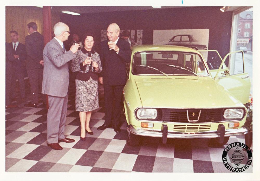 Aut. Renault-forhandler Hans Knudsen fra Kolding var den første forhandler,der kunne smykke sig af 25 års jubilæum. Her fejres begivenheden i 1971.Direktør Palle Moe fra Brdr. Friis-Hansen skåler til højre i billedet med familien Knudsen. Ved siden af ses den næsten nye Renault 12, som skulle vise sig at blive en af de mest sejlivede biler den franske fabrik nogensinde skulle komme til at fremstille. Modellen overlevede helt frem til 2004 – hvor den blev fremstillet under licens hos Dacia i Rumænien.