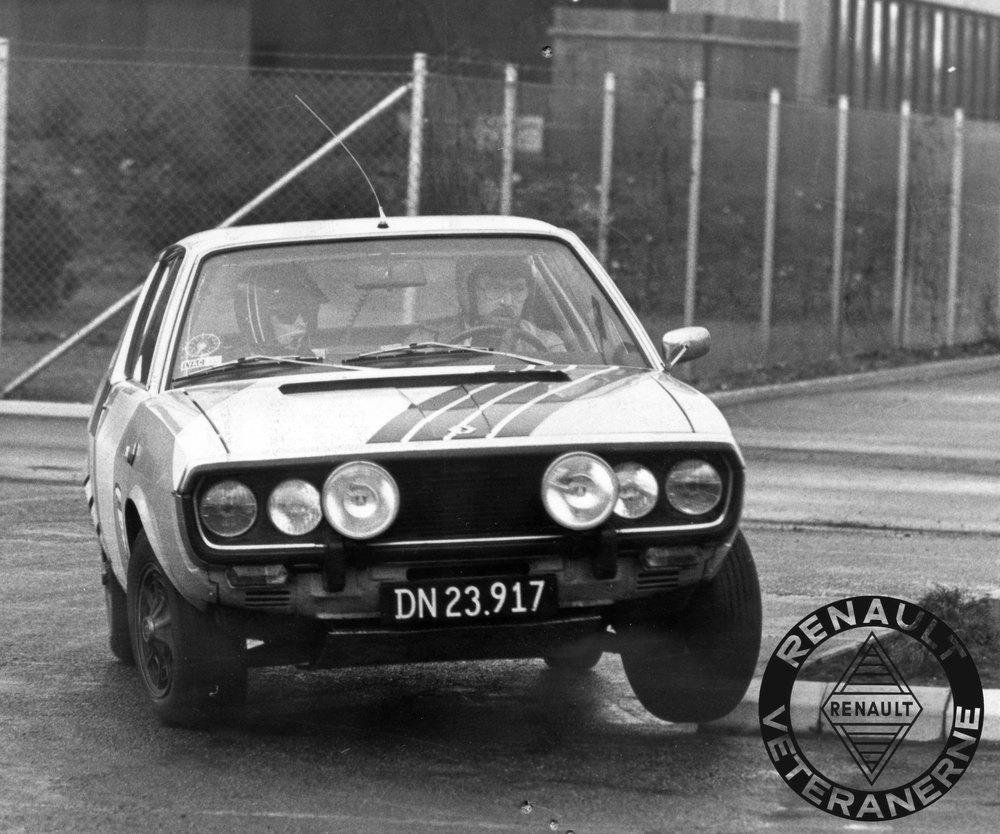 """Renault Sport Stensved """"letter ben"""" med deres hårdt pumpede R17 TS med Gordini-trim. Det er Willy der er co-driver og Johannes Sørensen, der rutineret tager det skarpe hjørne. ® Copyright 2016 Renault Veteranerne"""