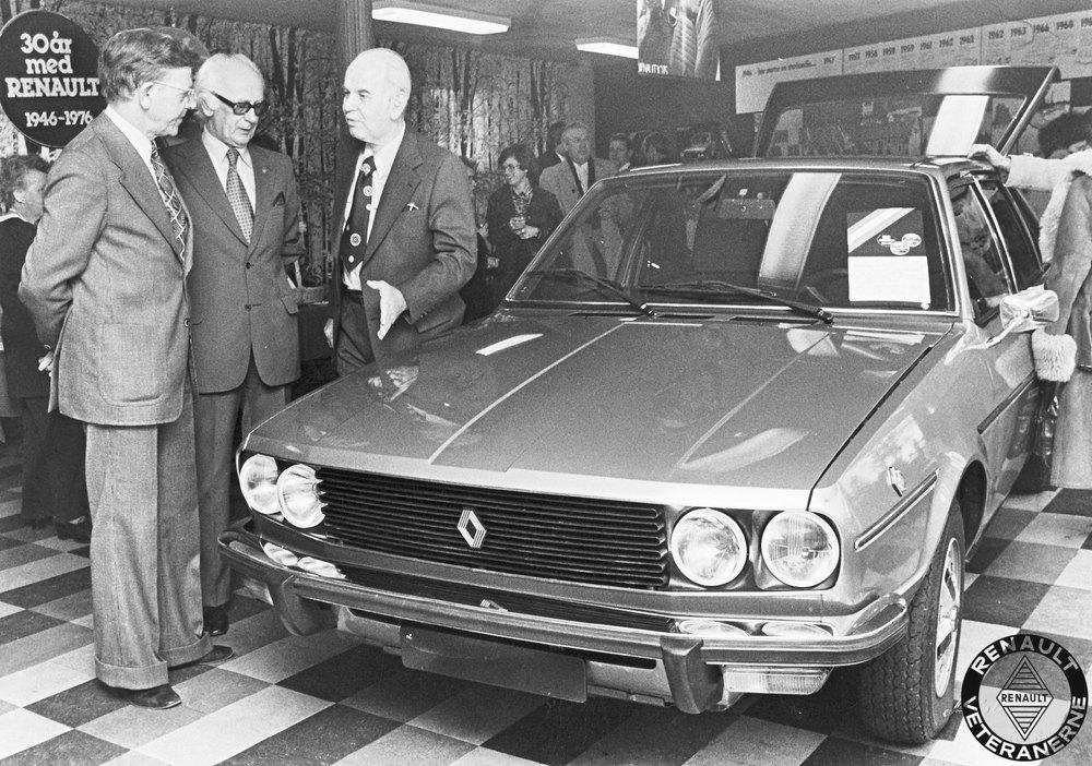 """Hans Knudsen i Koldings 30 års jubilæum som aut. Renault-forhandler faldt fint sammen med lanceringen af den nye R30 TS. Til venstre ses økonomidirektør Erik Østergaard sammen med adm. direktør Palle Moe fra importøren Brdr. Friis-Hansen. I midten ses den lokale forhandler Hans Knudsen, som i mange år var """"nestoren""""blandt forhandlerne – i det han var den eneste af de allertidligste Renault-forhandlere som havde overlevet uafbrudt siden 1946."""