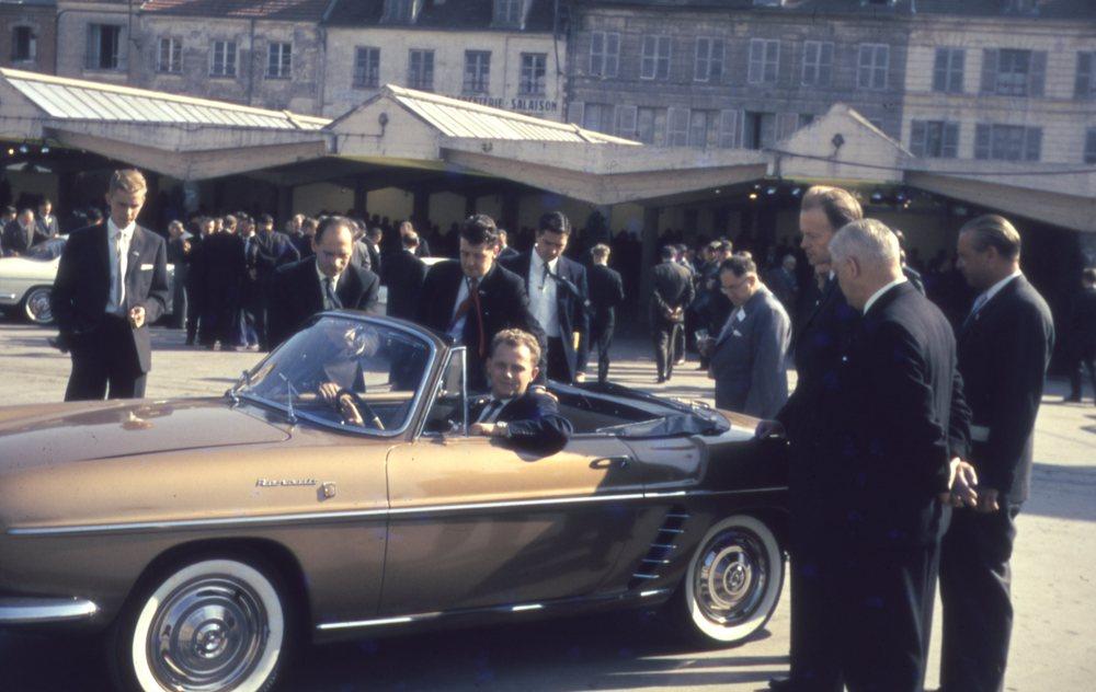 De danske Renault-forhandlere var i 1959 inviteret til Renault-fabrikkerne og til lancering af de to nye modeller, Stafette og Floride. Adm. direktør Pierre Dreyfus havde under besøget inviteret den danske stab til middag. Her ses nogle af de danske forhandlere i fuld gang med at inspicere den nye Floride for første gang. Billedet blev taget af Palle Saust fra Frisia i Vognmagergade i København.