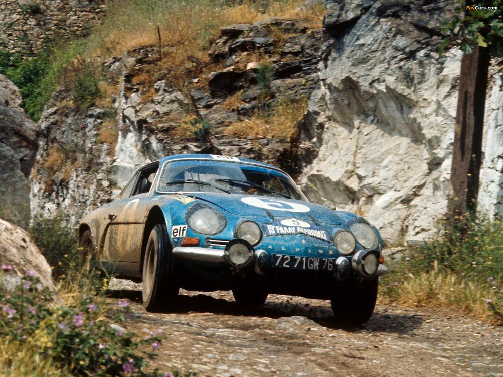 Alpine A110 i kendt positur. Den var bygget for rallykørsel, hvilket billedt tydeligt demonstrerer.