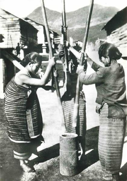 1943 - Coffee processed with traditional methods. Removing husk with a wooden mortar and pestle, then separating chaff parchment from the bean by winnowing.