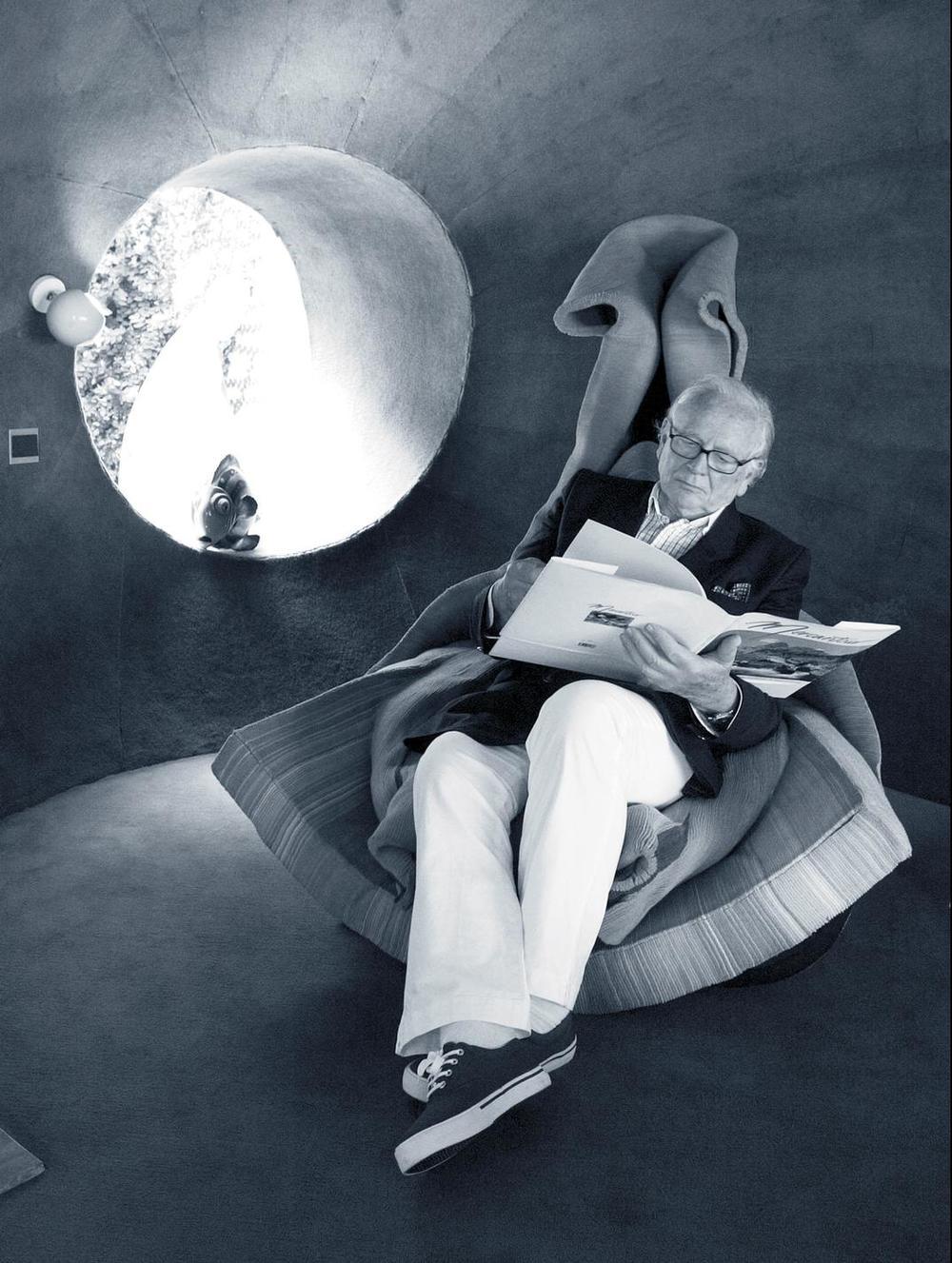 El palacio de las burbujas  Pierre Cardin, el astro rey del futurismo, descansando en su sillón diseñado porClaude Prévost. Es en 1991 que Cardin adquiere esta magnífica residencia.   foto: Gamma Rapho / Getty Images