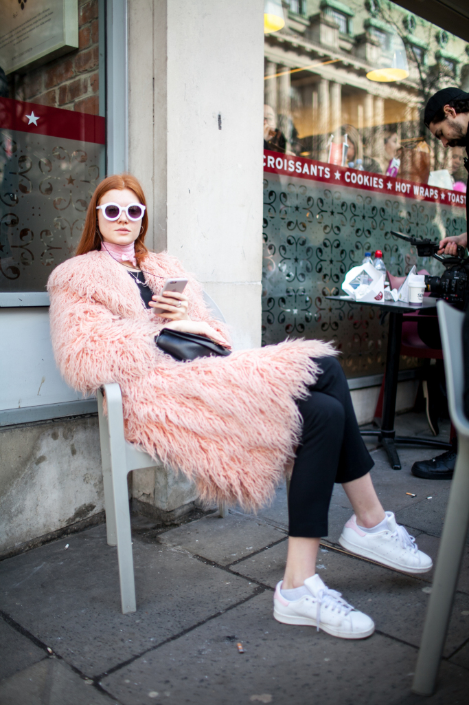 pink-trend-lfw-aw17-street-style-london-fashion-week-photos-01.jpg
