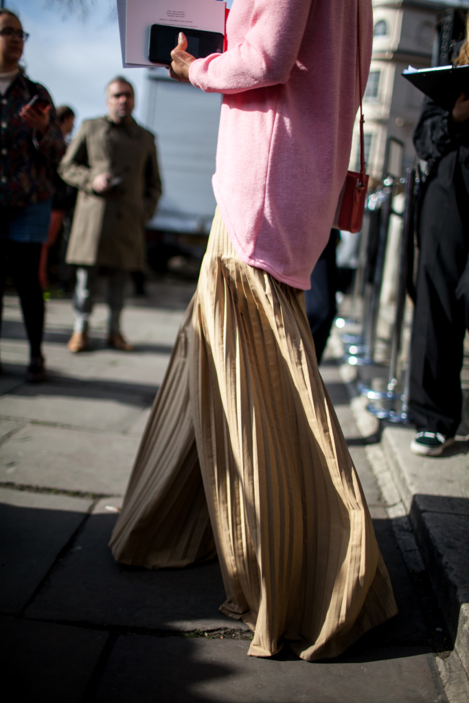 pink-trend-lfw-aw17-street-style-london-fashion-week-photos-04.jpg