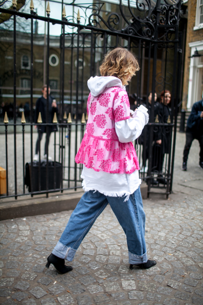 pink-trend-lfw-aw17-street-style-london-fashion-week-photos-07.jpg