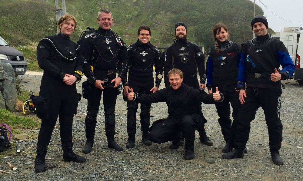 Shindig on the shingle. Cool Drysuit divers.
