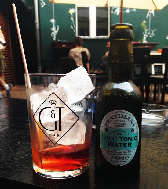 Eine meiner Lieblings Gin and Tonic Kombinationenist Sipsmith Sloe Gin mit Fentimans Light Tonic. Der Drink ist frisch, fruchtig, zitronig. Perfekt für den Sommer. Und schmeckt eigentlich so gar nicht nach dem 0815-Gin-Tonic.