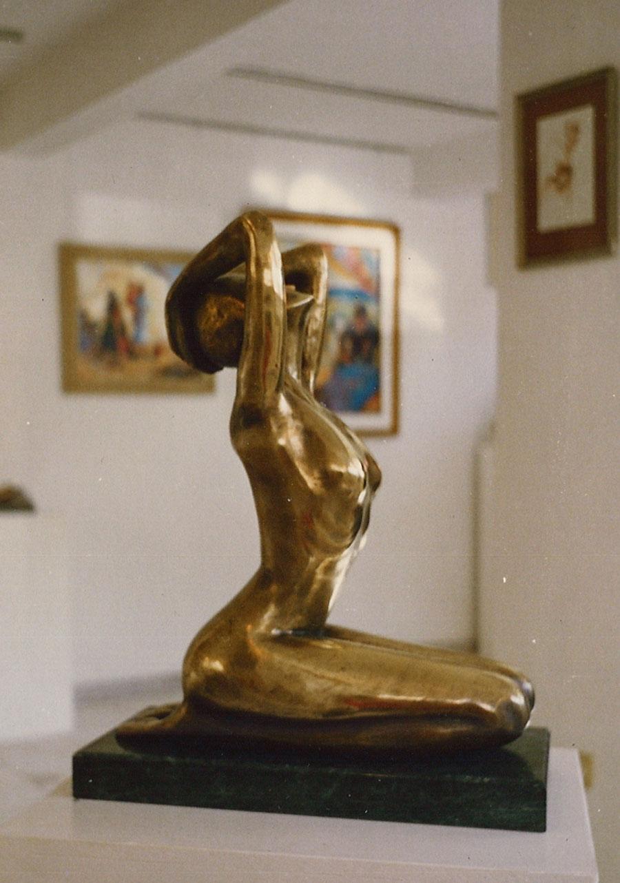 Woman kneeling S09-79.jpg