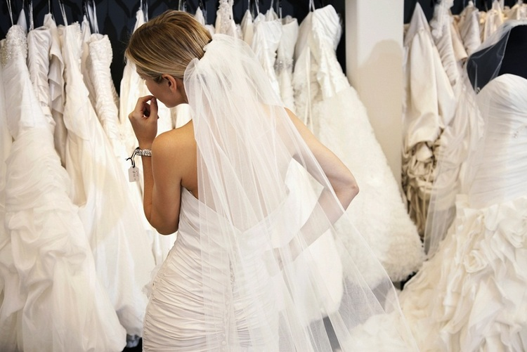 A GUIDE TO YOUR FIRST BRIDAL GOWN FITTING Rosis Bridal Studio