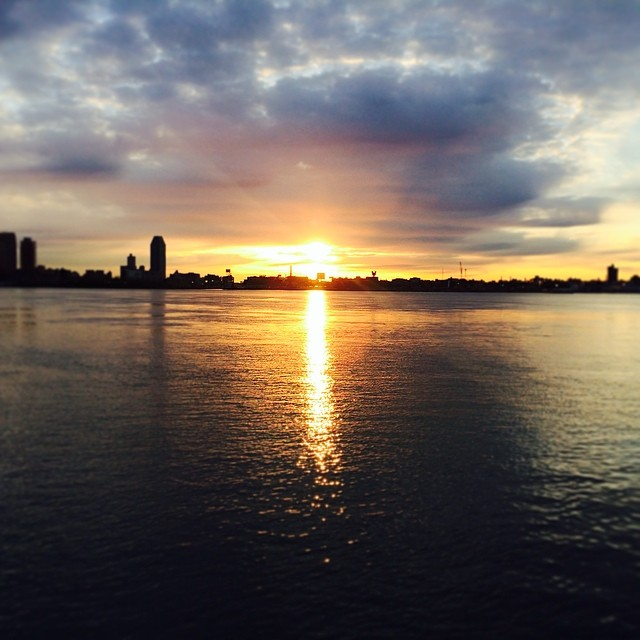 #newyork #sunrise on my morning #run, beautiful! I love this!! #nature #fitness #nyc (at East River Run Path)