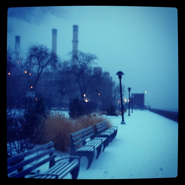 Morning run in the #nyc #snow (at East River Running Path)