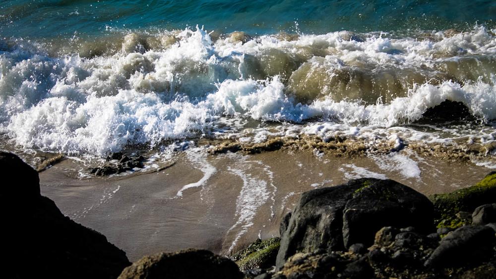 The waves crashing into the rocks at Laguna Beach