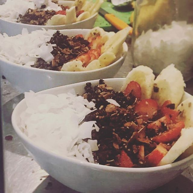 March of the Acai Bowls! Ever wondered what makes our choc nutty acai bowls so delicious? It's that wondrous superfood cacao! Packed full of flavonoids, cacao is a powerful antioxidant food that will keep your skin looking healthy and glowing 💁🏼#nourishrealfood #acaibowls #glutenfree #dairyfree #vegan #plantbased #nutritionist #naturopath #foodoftheweek #cacao