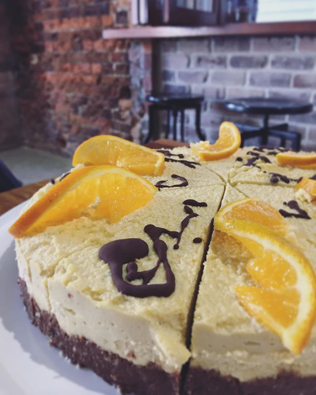Raw orange chocolate tart 🍰 Most renowned for packing a vitamin C punch, oranges are also a great source of dietary fibre and B vitamins. How do you have your oranges? 🍊 #nourishrealfood #foodoftheweek #oranges #naturopath #nutritionist #plantbased #vegan #dairyfree #glutenfree #eatlocal #ipswicheats