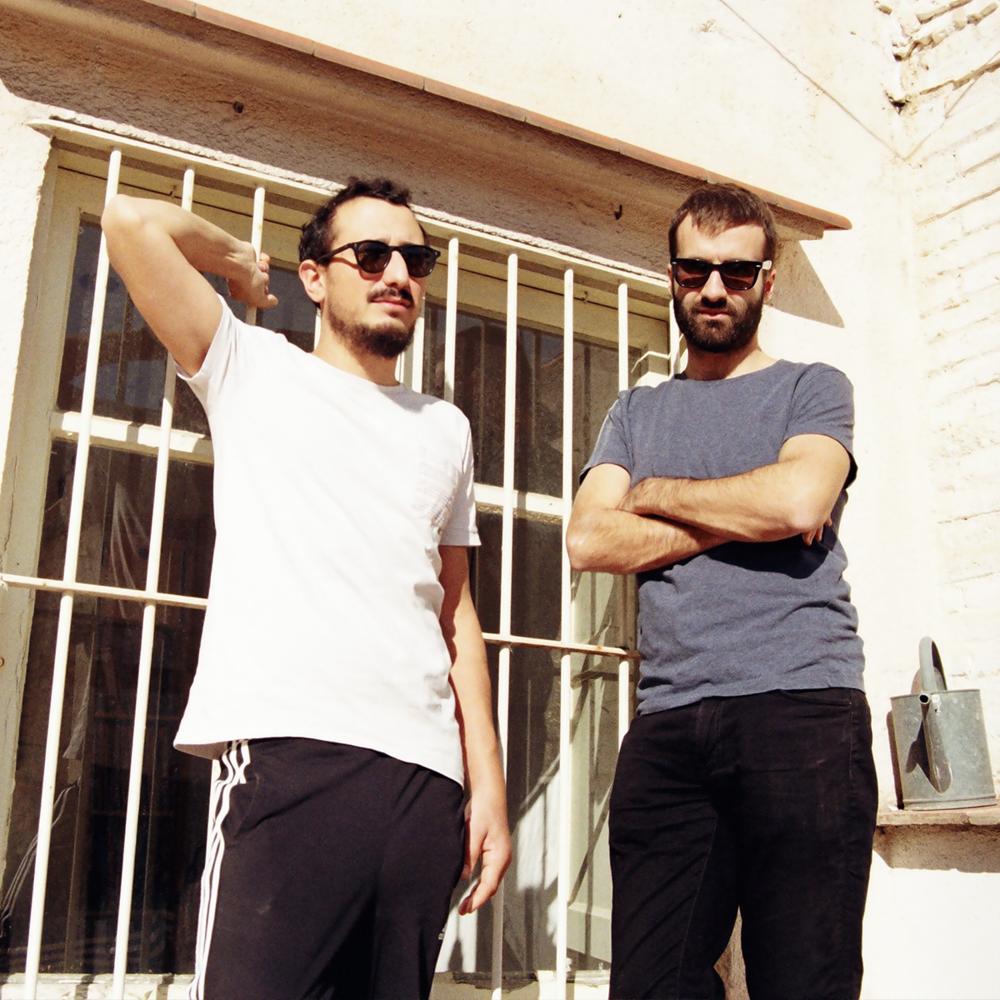 """VēMō   Amb un àmplia trajectòria com a músics dins el circuit de casa nostra, ara Arnau Vallvé i Martí Maymó es presenten com a Djs sota el nom de VēMō i ens proposen un repàs del pop a l'electrònica, de l'indie al mainstream, de l'actualitat al """"hit"""" atemporal."""