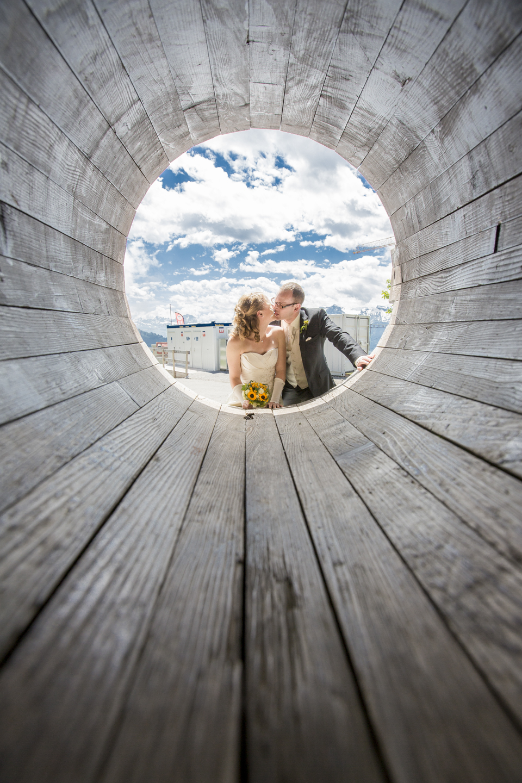 Brautpaar schaut in die Röhre