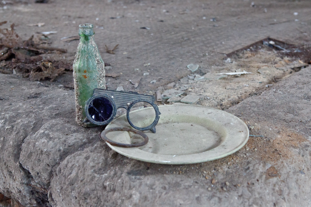 Found Objects (një shishe aranxhate, nje pale syze pune, nje pjate plastike)