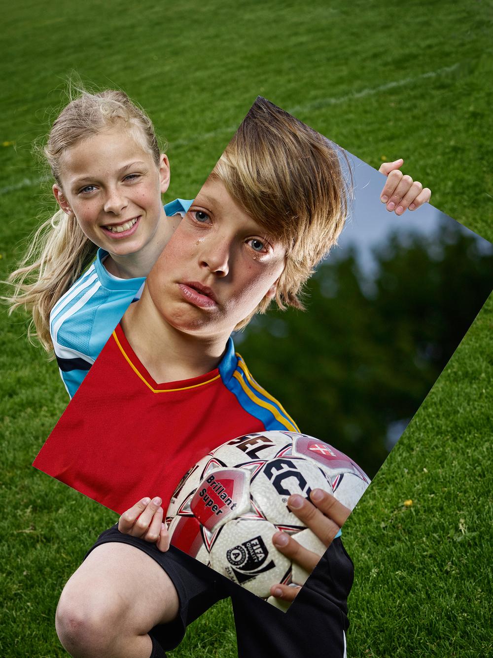 Therese Thastum der er en af de andre modeller på fairplay-plakterne, viser her billedet med Thøger.