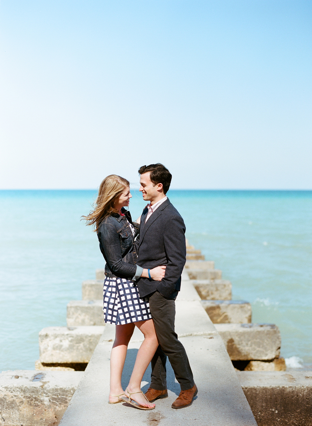 lake-michigan-milwaukee-engagement-photos-001