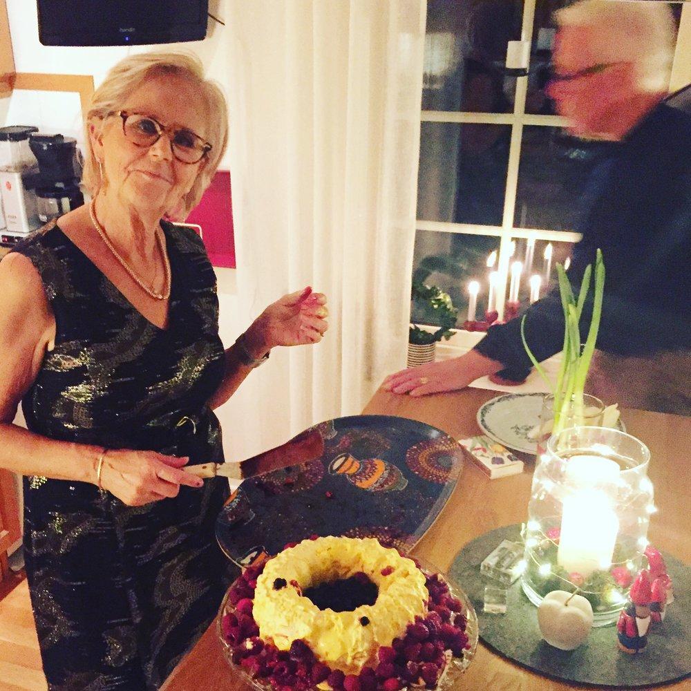 Mamma och tårtan.JPG