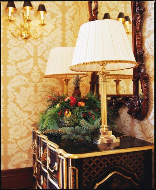 聖誕的來臨將精美的古典風格家具轉變為一幅靜物寫生畫。
