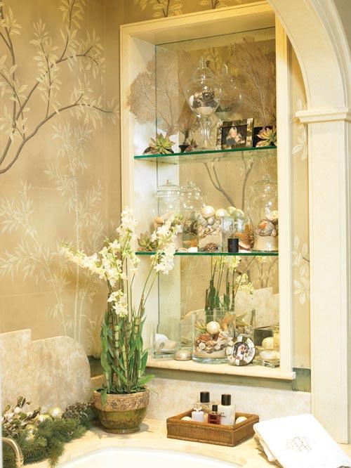 鮮花與貝殼的裝飾品,與背後清新的枝葉壁紙融為一體。