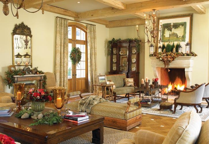 家庭室中的家居佈置展現了簡約與奢華之間的完美平衡。法國鄉村建築元素為不拘一格的家具風格,以及華美的毛皮提供了一個舒緩的背景。常青植物、松果裝飾品和枝繁葉茂的月桂等,被懸掛在高大的壁爐架和各類家具上,指引著來訪者們的視線,並親切地邀約大家坐下來享受一段閒逸的時光。