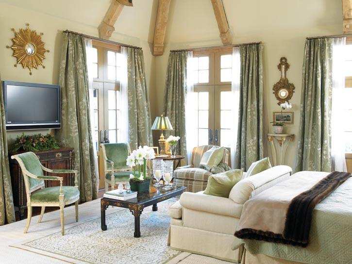 柔和的綠色和灰白色,從窗簾延伸到椅子,最終停留在中式風格的案几之上,亭亭玉立的白色花朵,似是在冬季裏落入凡間的精靈。