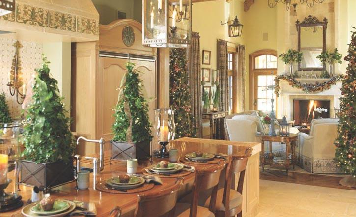 起伏的綠色綿延在大客廳的一端至另一端,聖誕的氛圍瀰漫在整個空間:掛在壁爐架上的松枝花藝裝飾,高大花瓶中的栗葉,整棵聖誕樹以及廚房工作台上的小棵常春籐等。