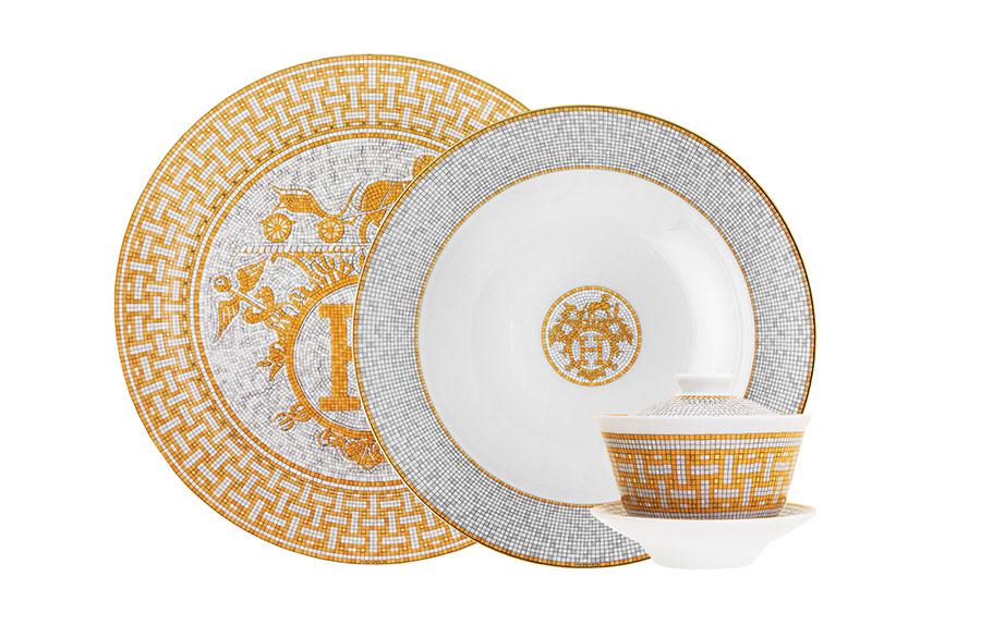 Hermès Mosaique au 24, Tart Platter 32cm $452, Round Deep Platter 29.5cm $446, Tea Cup with Lid and Saucer $252  愛馬仕馬賽克紋樣餐盤 、 紋樣餐盤樣式二 、 茶杯  從左到右依次為 $452 $446 $252  atkinsonsofvancouver.com  604 736 3378