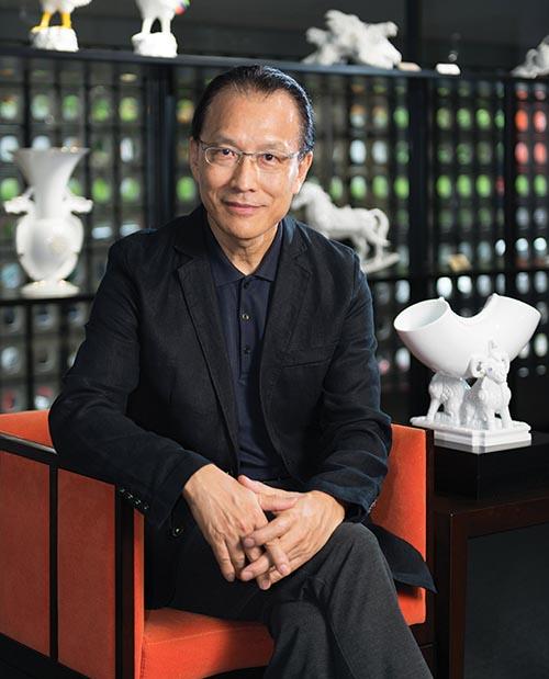 王俠軍(Heinrich Wang),臺灣瓷器品牌「八方新氣」創始人在他臺北的工作室內接受我們的採訪。