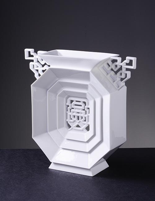 「八方新氣」花瓶「富貴」,一絲不苟的八角形,堆疊出層層的福份,運勢來自於嚴謹的佈局。