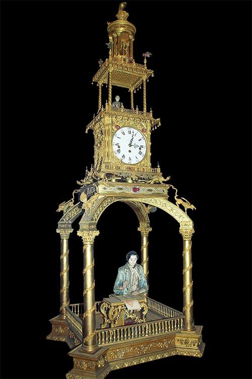 北京故宮博物院收藏的雅克德羅製造的「銅鍍金寫字人鐘」。據記載,這款自動玩偶機械鐘錶是慈禧太后六十大壽時收到的壽禮,會用毛筆寫「萬壽無疆」四個大字,深受慈禧的喜愛。