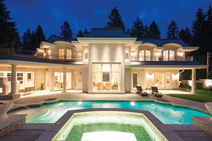 後院內,對稱設計的游泳池和噴泉。