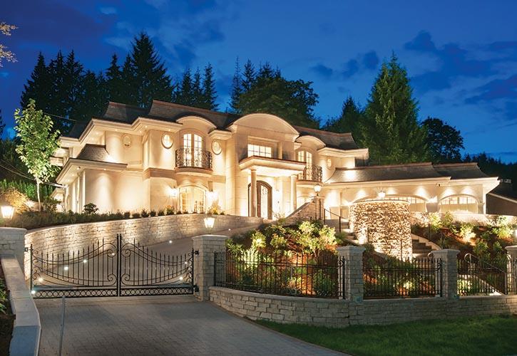 夜色中這座位於西溫哥華的宅邸,充滿了法國古典建築的優雅精緻。