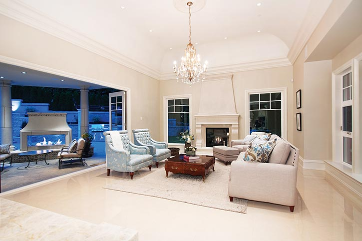 家庭娛樂室的落地門窗,打開了通往戶外的大門,造型古典、線條簡潔的壁爐和家具更具現代感。