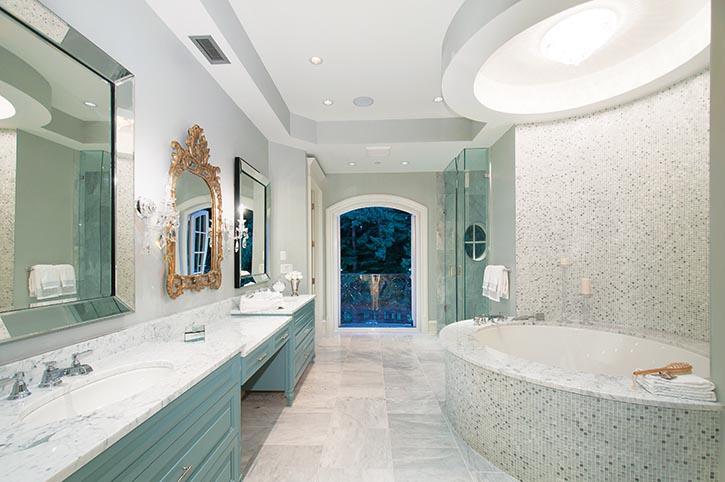 Carrera白色大理石檯面,馬賽克的牆面,讓主臥浴室煥發出精緻典雅的浪漫氛圍。