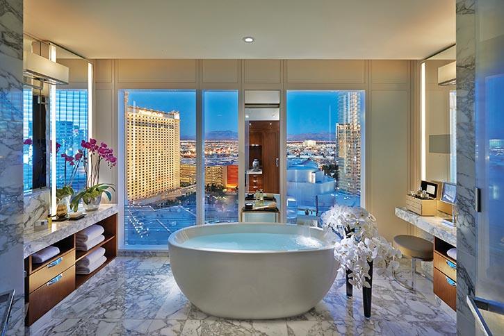 文華東方酒店內的套房,如沙漠綠洲般靜謐悠然,窗外是美麗的都市風光。