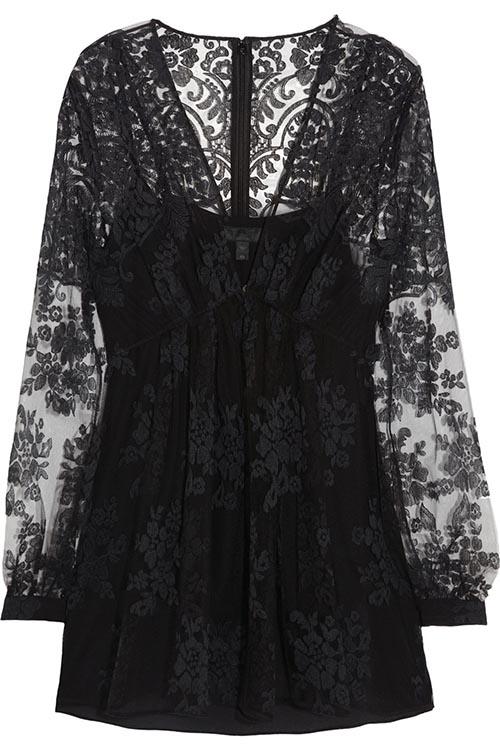 巴寶莉蕾絲繡花V領上衣 $1,195 黑色蕾絲的經典,就像冬季靜謐的韻味,鏤空繡花的精緻優雅,讓時間凝固在美麗的瞬間。 ca.burberry.com
