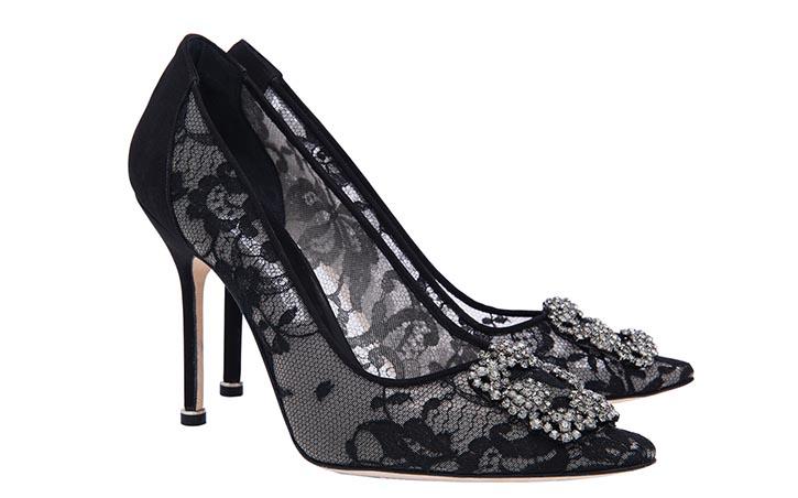 羅.伯拉尼克蕾絲高跟鞋 $1,050 與杜嘉班納的蕾絲水鑽肩包完美呼應。 At Holt Renfrew, holtrenfrew.com